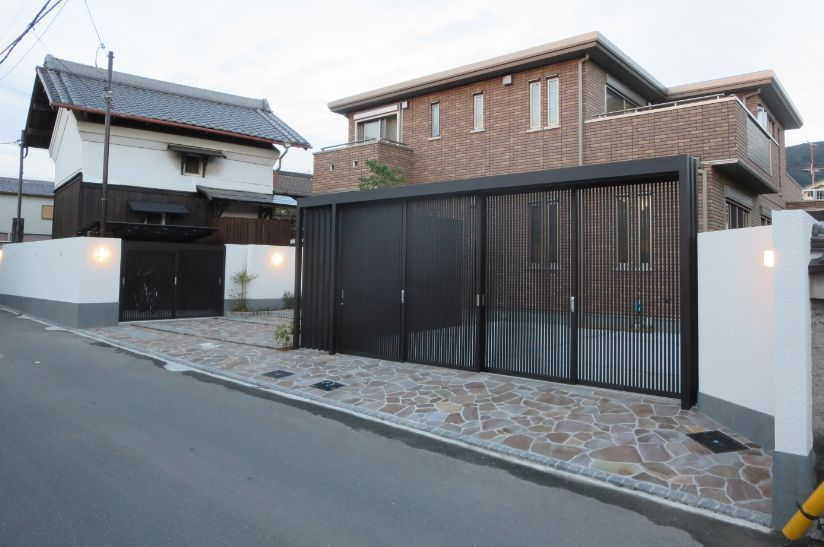 既存蔵と水平ライン基調の建物を繋ぐ車庫引戸
