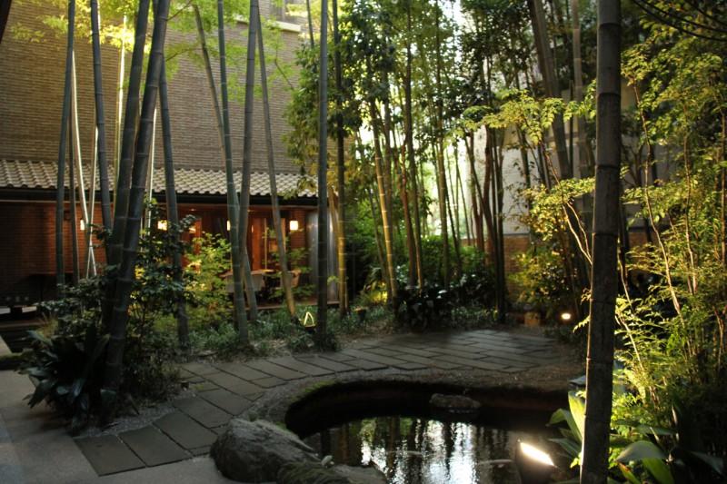 池を新たに設けた中庭越に、増築されたウエディングサロン棟を見る。