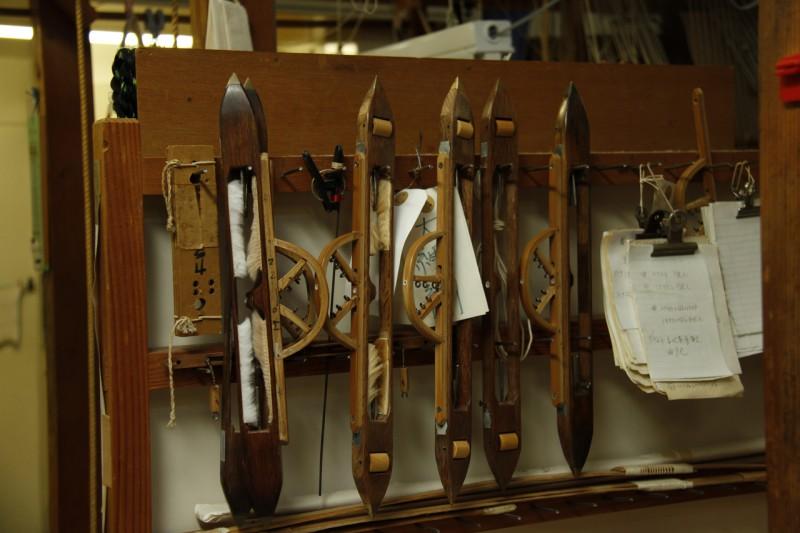 2 杼(ひ)と呼ばれる糸を通す道具
