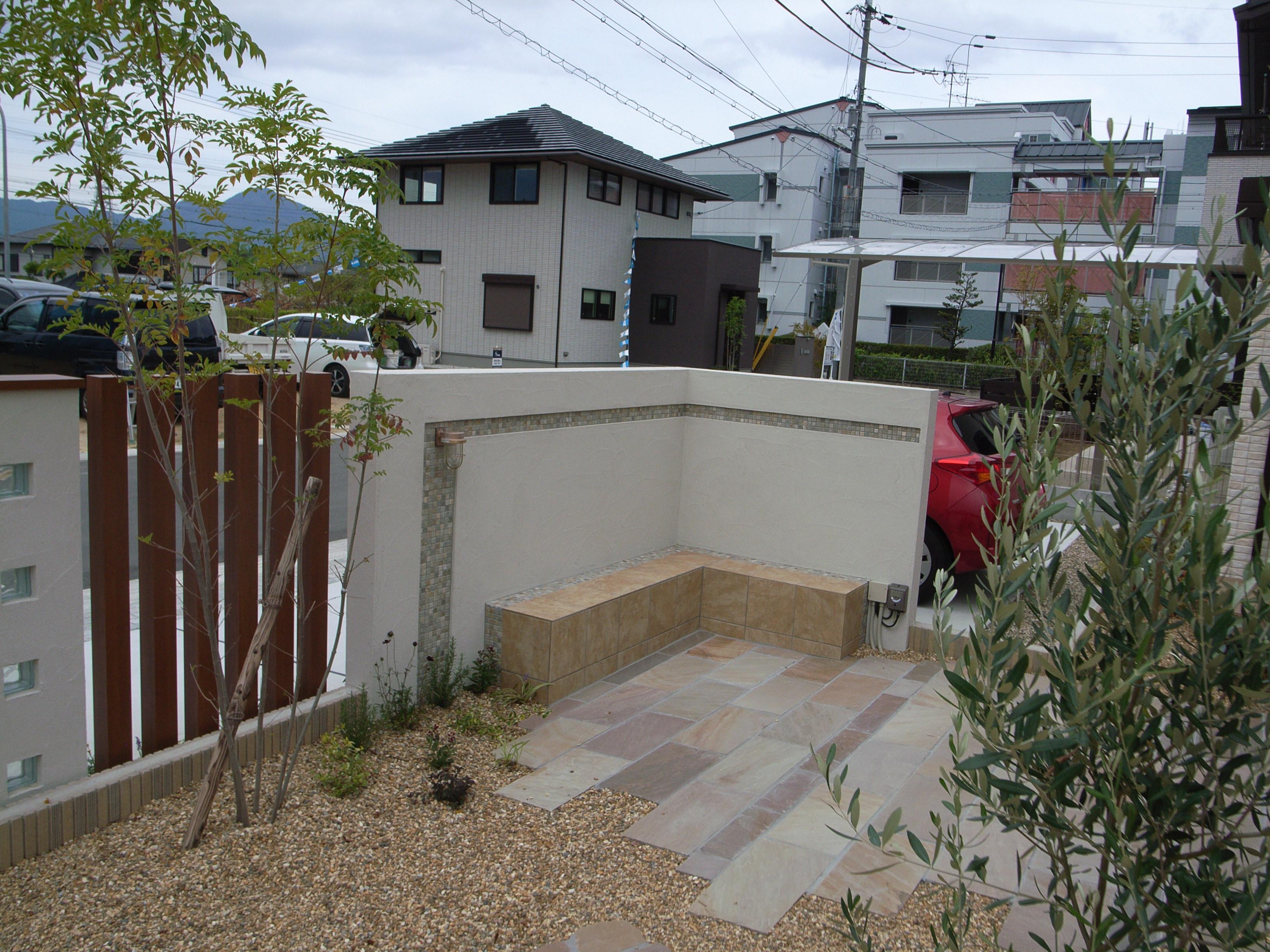 香芝市、道路からの目隠しの機能を持たせた外壁です。