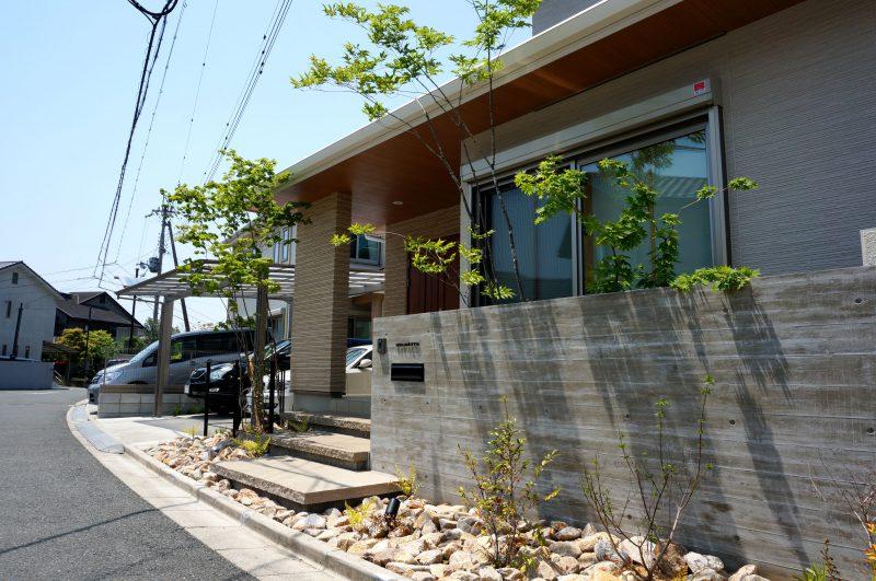 『杉板化粧型枠コンクリート打ち放し仕上げ』の外構工事。