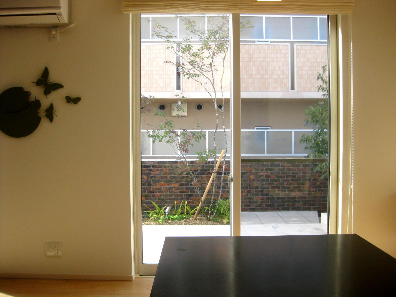 室内キッチン・ダイニングから眺めたお庭