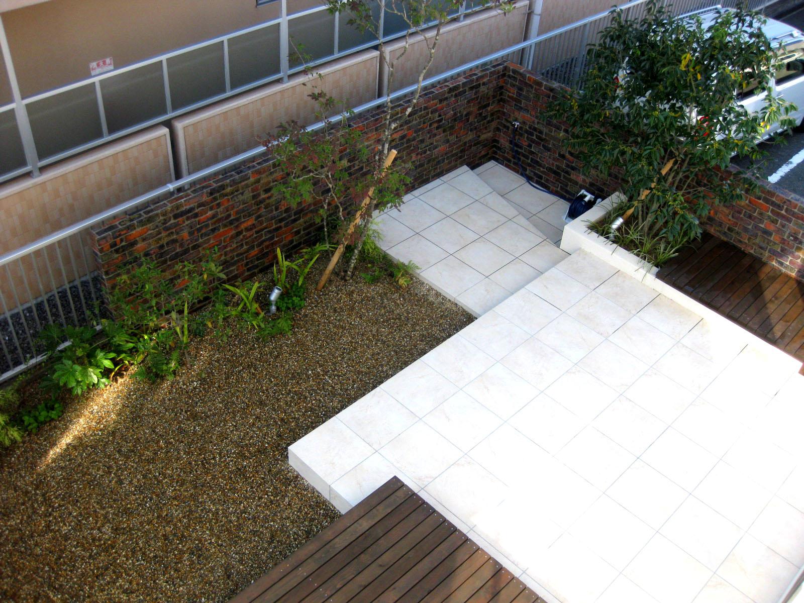 ザシーズン学園前(奈良市、生駒市)、リビング・ダイニングをつなぐ、ウッドデッキとタイルテラスのお庭