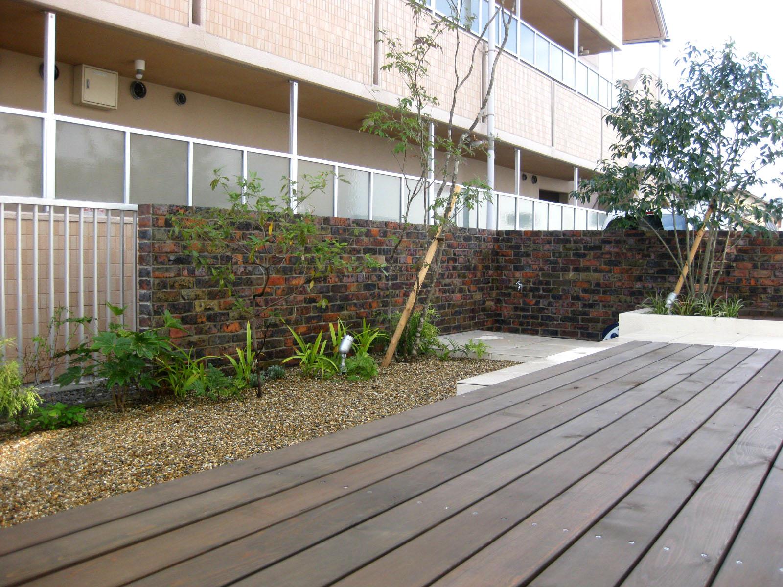 レンガタイルの意匠壁のお庭