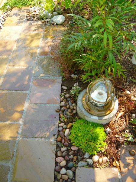 玄関アプローチの自然石の石畳も雨に濡れると表情が変わります。
