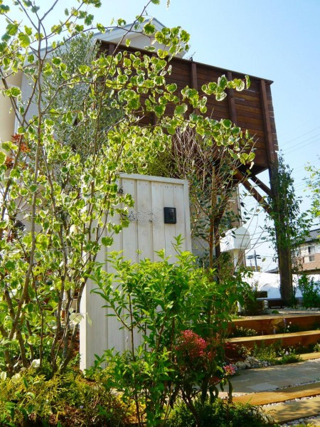 可愛いホワイトペイントの門袖と、新緑のオープン外構がお客様を迎えます。野田市、ガーデン・お庭・オープンエクステリア(外構)