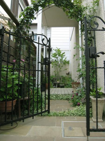 クレマチスのガーデンアーチとグレゴマのお庭