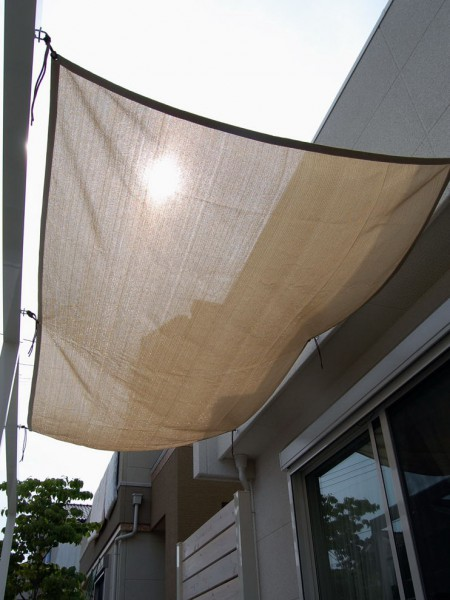 真夏の日差しを遮る日除けシェード