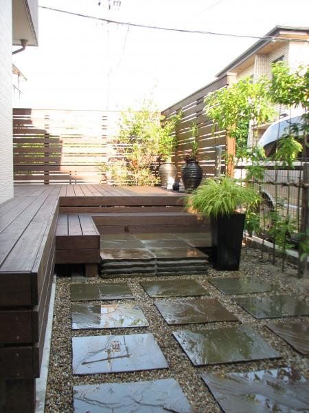 ウッドデッキにウッドフェンスを用いてプライベート空間を演出
