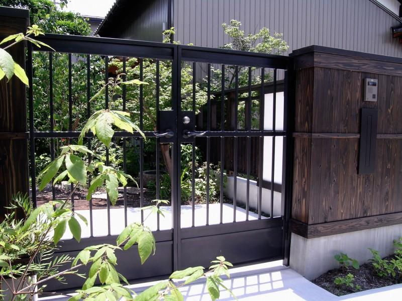 和モダンな雰囲気のエクステリアにもアイアン門扉が似合います。