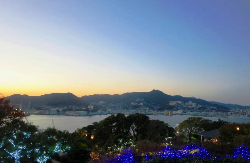 グラバー園から長崎港を望む。対岸には「明治日本の産業革命遺産」の構成資産となっている三菱重工長崎造船所の遺産群を見る事が出来ます。