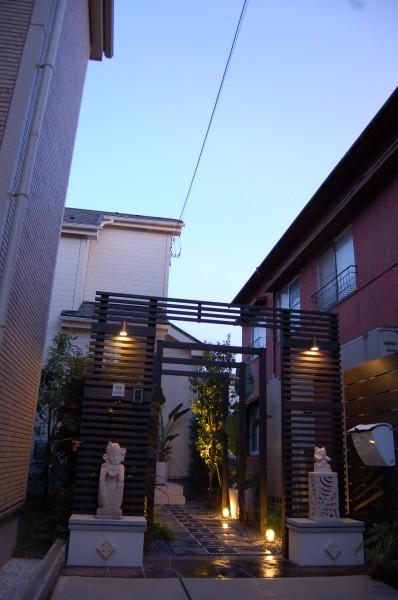 リゾートホテルの様な玄関アプローチ、バリスタイルのデザインの外構エクステリア
