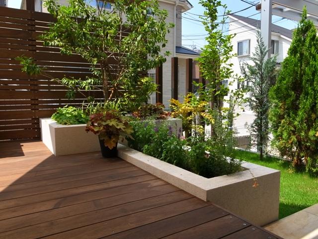 デッキ脇の植栽スペース