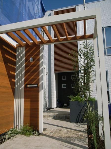 隣地の圧迫感を和らげるエントランスに変身した外構工事
