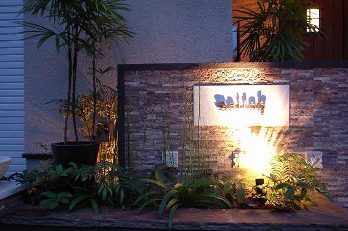外構門塀のエントランスを印象的に照明で演出。