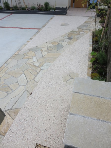 石材と花壇のアプローチに。