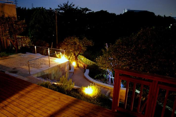 夜景を楽しむライティングされたお庭02