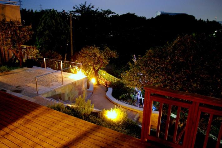 ナイトガーデン傾斜地の庭
