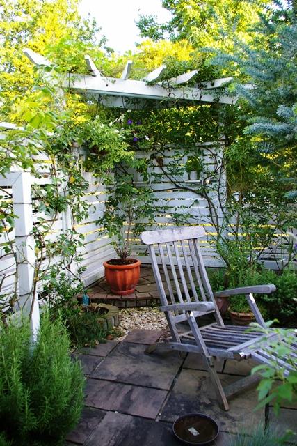 白いフェンスと植物に囲まれたプライベートガーデン(お庭)