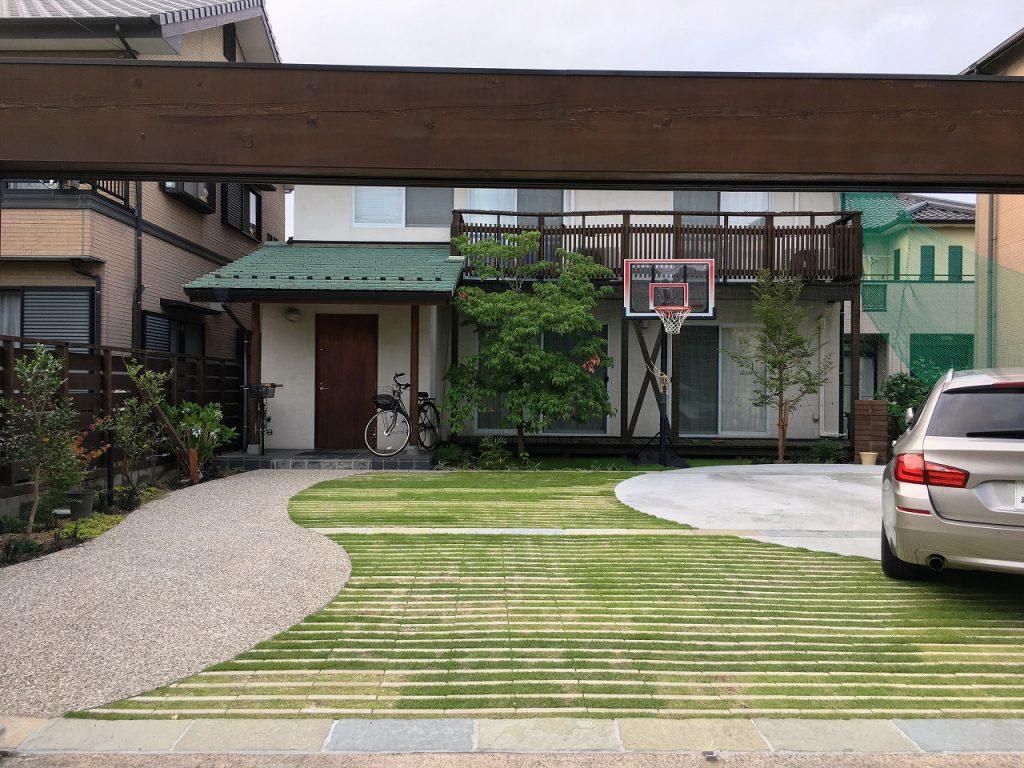 芝生と石材との舗装コントラストが美しい駐車場の床面仕上げ。愛知県、知立市、外構エクステリア工事