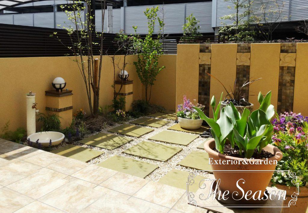 幾何学的な床ピッチで、リズミカルに自然石平板を配したモダンなお庭(ガーデン)