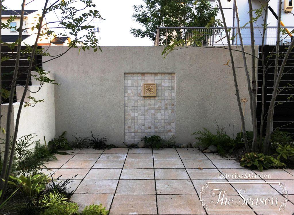 フォーカルポイントにモニュメントを設けた意匠塀のお庭(ガーデン)