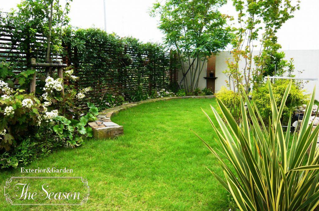 芝庭と石積みを円形に組み合わせたお庭(ガーデン)の見せ方