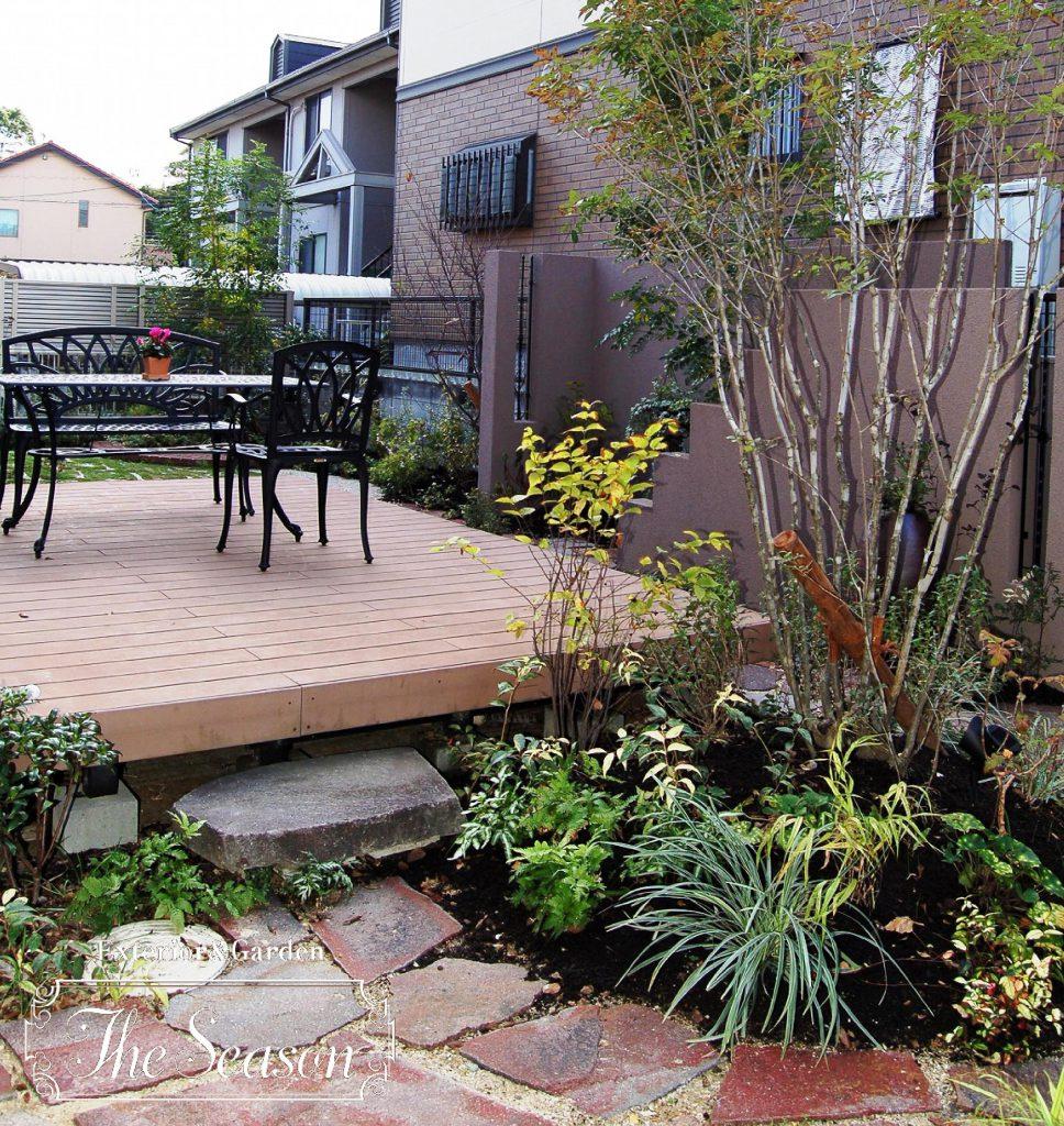 ウッドデッキテラスを中心として、植物や複数素材の組み合わせでお縄(ガーデン)が完成します。