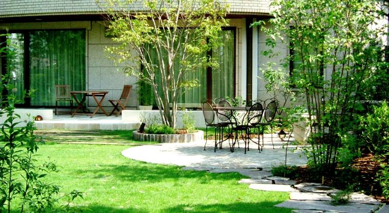 ガーデンリフォームの理想的なかたち ~円形テラスと木立が美しいお庭~