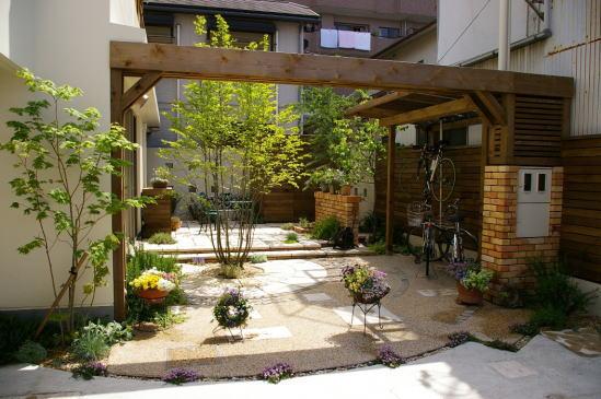 大きな梁のゲートが開放的な空間を仕切る「実用」と「景観」を両立したテラススペース