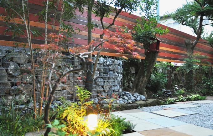 ナチュラルカラーのウッドフェンスお庭