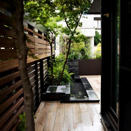 黒い池のある庭 ~世田谷区瀬田の外構と庭リフォーム~