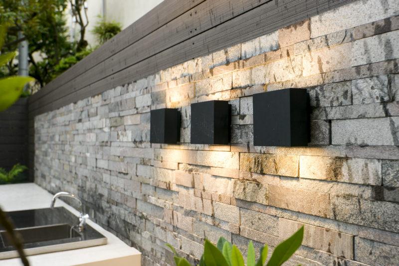 シンプルな3連照明と、屋外に設置されたガーデンシンク。ガーデン・パーティで活躍するキッチンとなります。
