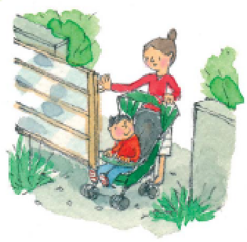 門を開けて中に入る親子