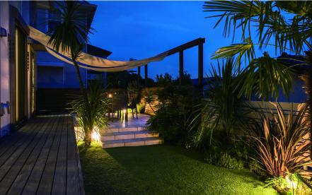 日中とは違った時間が流れる、ライトアップされた夜のお庭